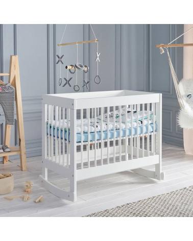 Lit bébé Basic 90x60 à bascule dans une chambre