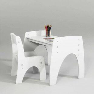 Petite table réglable blanche avec une chaise pour bébé